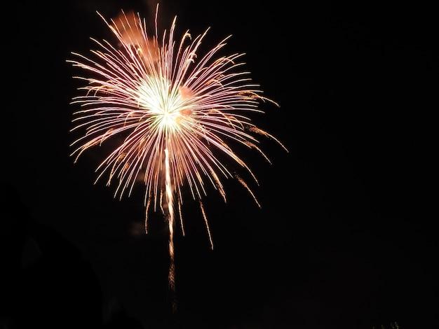 Uma explosão de fogos de artifício sobre o céu escuro