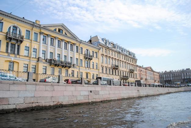 Uma fachada magnífica na orla marítima de são petersburgo