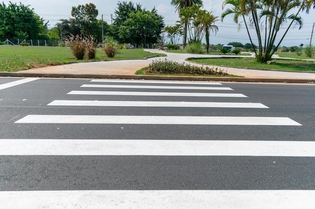 Uma faixa de pedestres para a travessia da rua.
