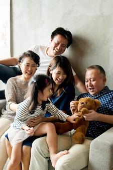 Uma família asiática estendida e feliz passando um tempo juntos