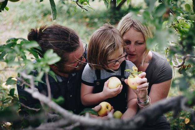 Uma família caucasiana está passando o tempo na fazenda juntos