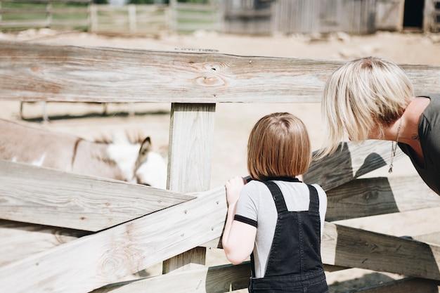 Uma família caucasiana está passando um tempo na fazenda juntos