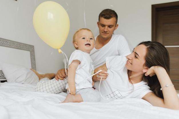 Uma família com uma criança pequena goza de uma manhã leve