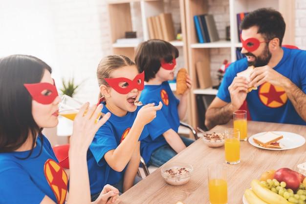 Uma família de super-heróis decidiu fazer uma refeição saborosa.