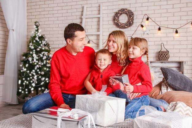 Uma família feliz com presentes no natal