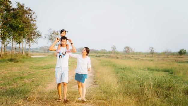Uma família feliz de três pessoas