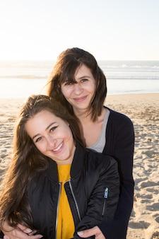 Uma família feliz. mãe e filha adolescente nas férias de verão na praia