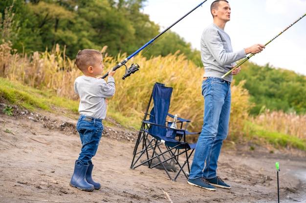 Uma família feliz passa tempo juntos; eles ensinam o filho a pescar.