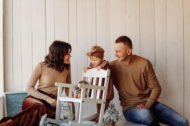Uma família feliz posando