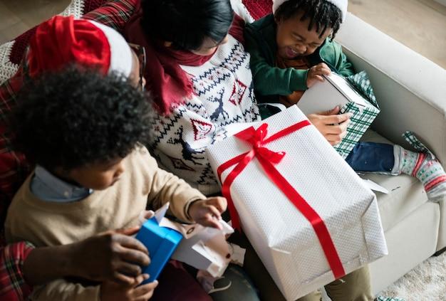 Uma família negra desfrutando de férias de natal