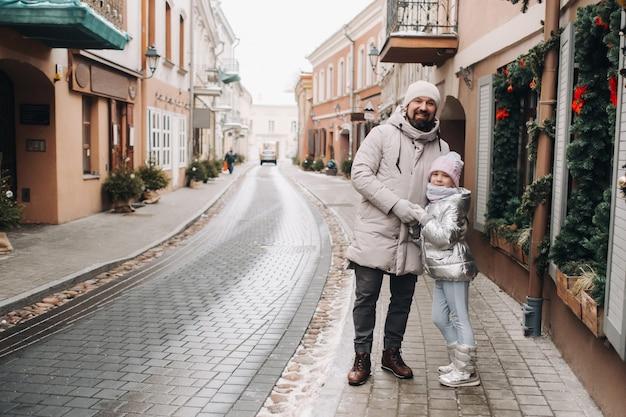 Uma família passeia pela cidade de vilnius.lithuania no ano novo.