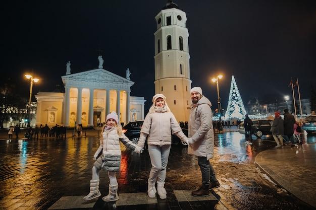 Uma família passeia pela cidade de vilnius no ano novo. lituânia