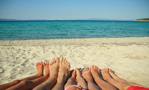 Uma família pés na areia na praia