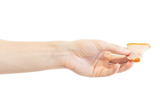 Uma fatia de bacon defumado na mão isolado no branco