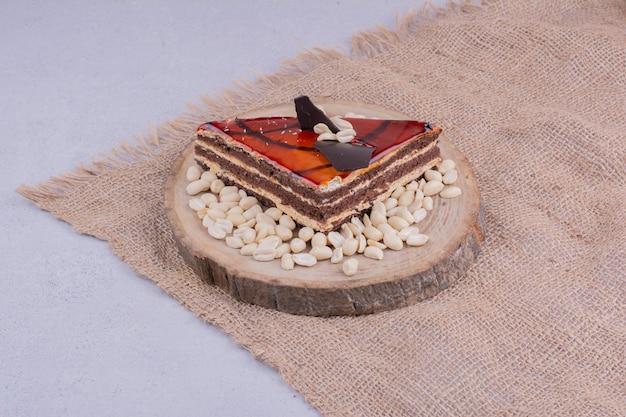 Uma fatia de bolo de caramelo vermelho em um pedaço de estopa