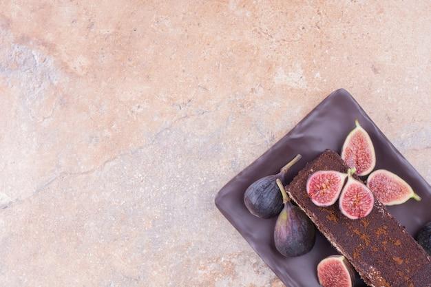 Uma fatia de bolo de chocolate com figos e cornels