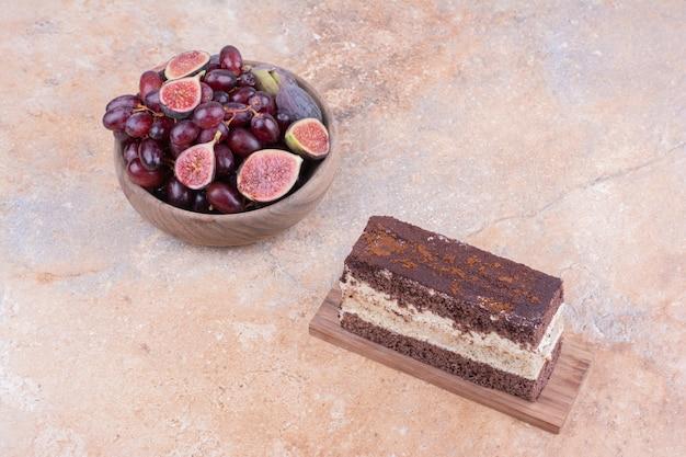 Uma fatia de bolo de chocolate com figos roxos