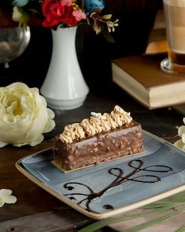 Uma fatia de bolo de chocolate com nozes.