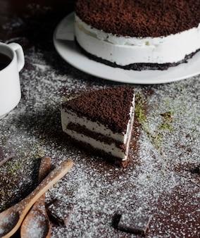 Uma fatia de bolo de chocolate em cima da mesa.
