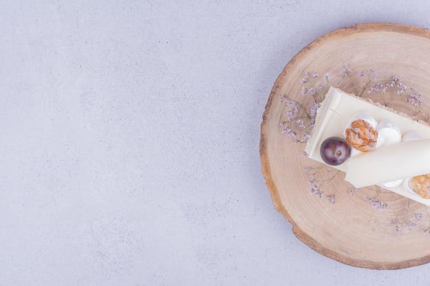 Uma fatia de bolo de coco com nozes e frutas vermelhas