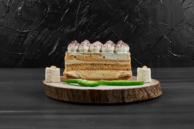 Uma fatia de bolo de frutas em uma placa de madeira.