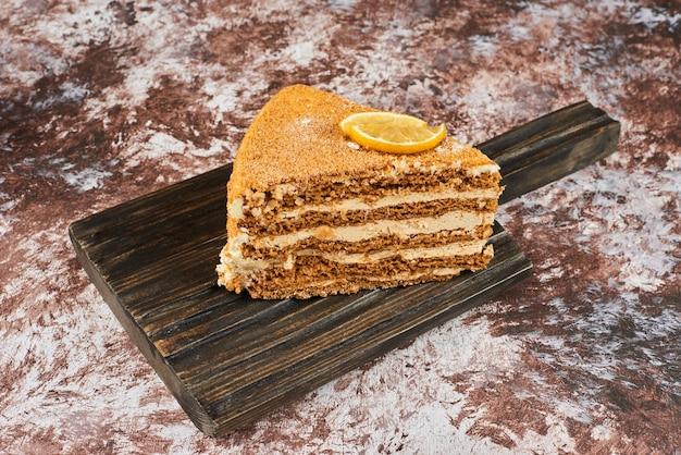 Uma fatia de bolo de mel com limão.