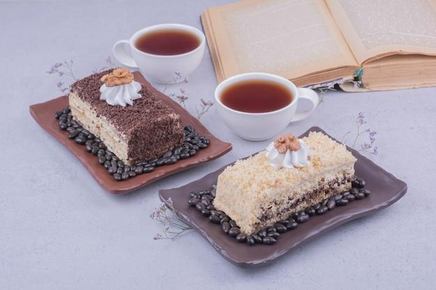 Uma fatia de bolo medovic servido com chá