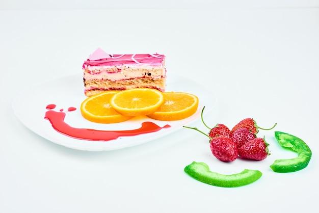 Uma fatia de bolo rosa com morangos.