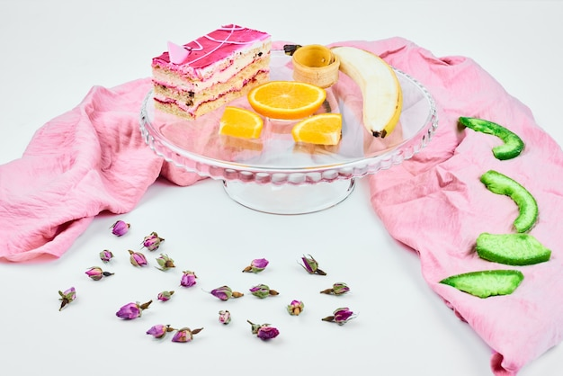 Uma fatia de cheesecake com creme rosa.