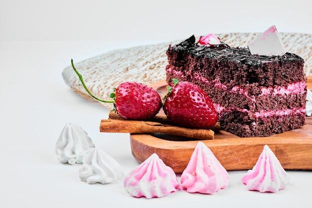 Uma fatia de cheesecake de chocolate com morangos.