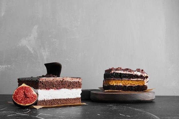 Uma fatia de cheesecake de chocolate sobre uma superfície preta.