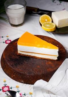 Uma fatia de cheesecake de limão colocada na panela de ferro antigo