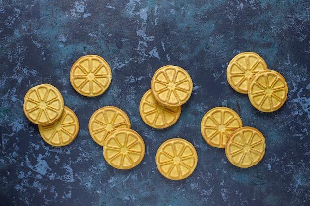 Uma fatia de cítrico em forma de biscoitos deliciosos.