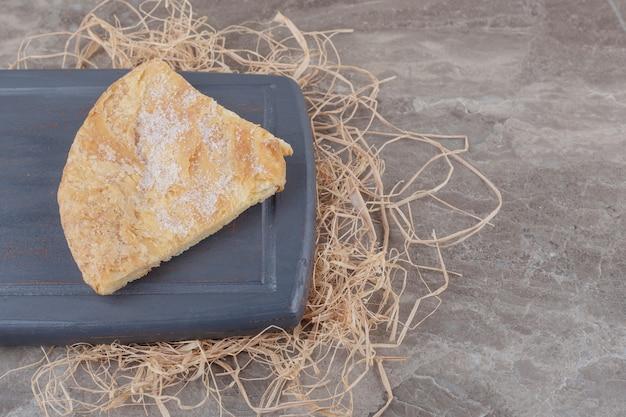 Uma fatia de pão achatado feseli em uma placa de mármore
