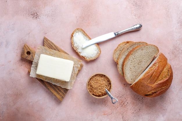 Uma fatia de pão com manteiga.