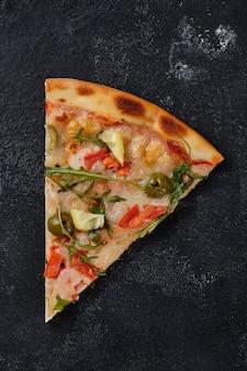 Uma fatia de pizza com tomate camarão rúcula azeitonas limão mussarela queijo temperos
