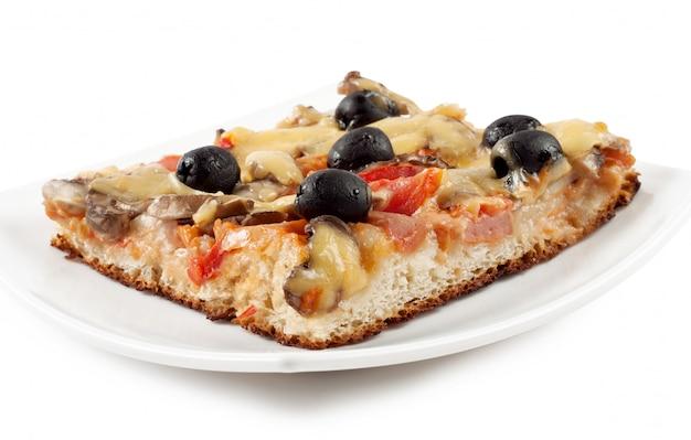 Uma fatia de pizza em um prato