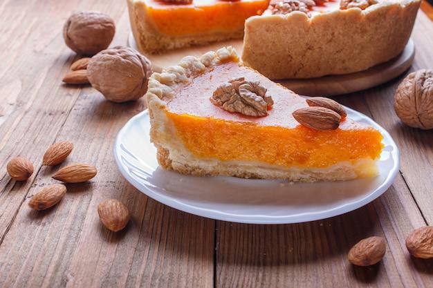 Uma fatia de torta de abóbora doce americana tradicional