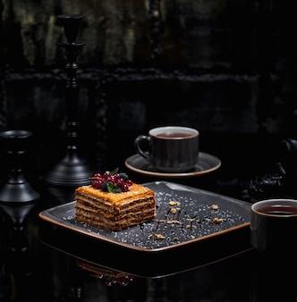 Uma fatia quadrada de bolo de mel medovik