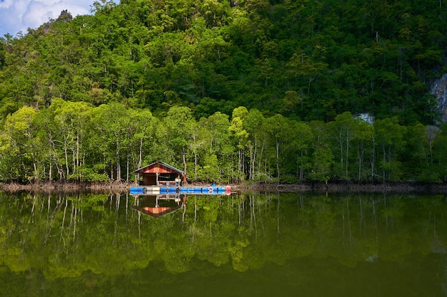 Uma fazenda de peixes flutuante na ilha de langkawi, na malásia.