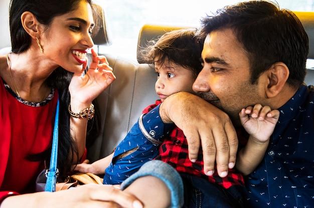 Uma feliz família indiana
