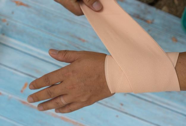 Uma ferida na mão da mulher amarrada por atadura