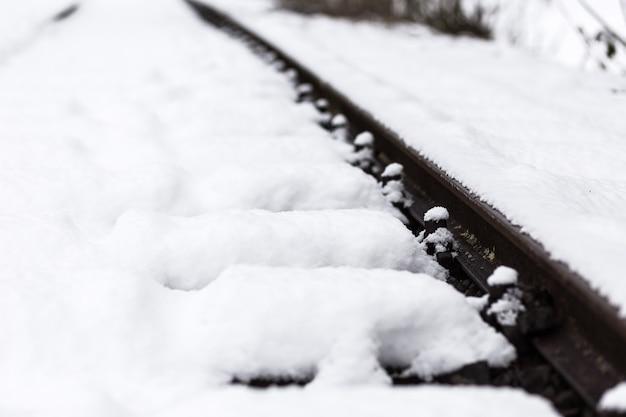 Uma ferrovia coberta de neve branca e macia