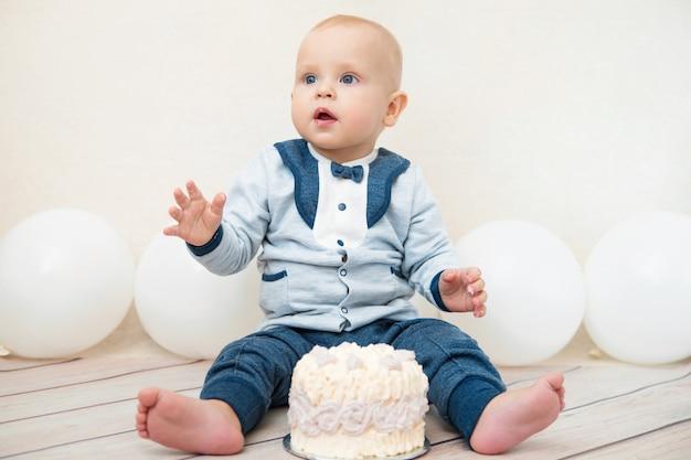 Uma festa de aniversário de bebê ano. bebê comendo bolo de aniversário.