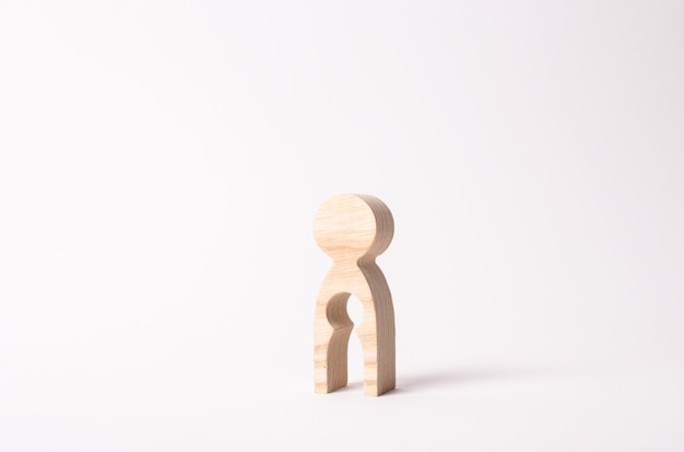 Uma figura de madeira de uma mulher com um vazio dentro da forma de uma criança.