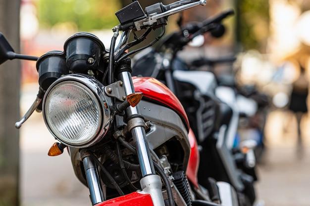 Uma fila de motocicletas estacionadas na lateral da rua