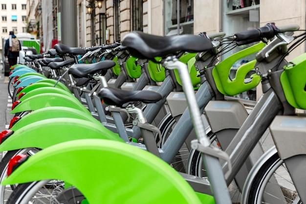 Uma fileira de bicicletas estacionadas na cidade.