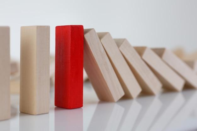 Uma fileira de blocos de madeira de loteria vermelha