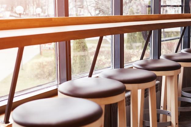 Uma fileira de cadeiras e um bar no café