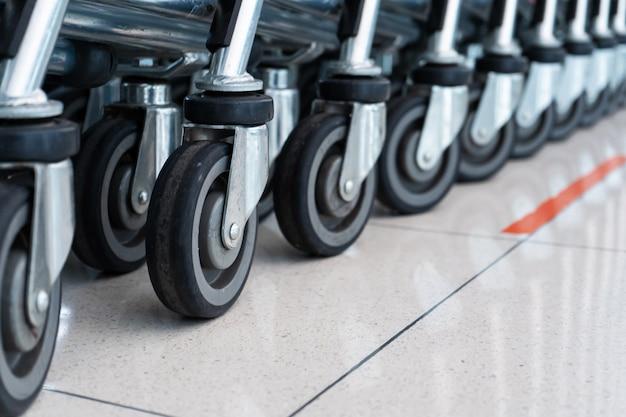 Uma fileira de carros em um supermercado. carrinhos de bagagem.